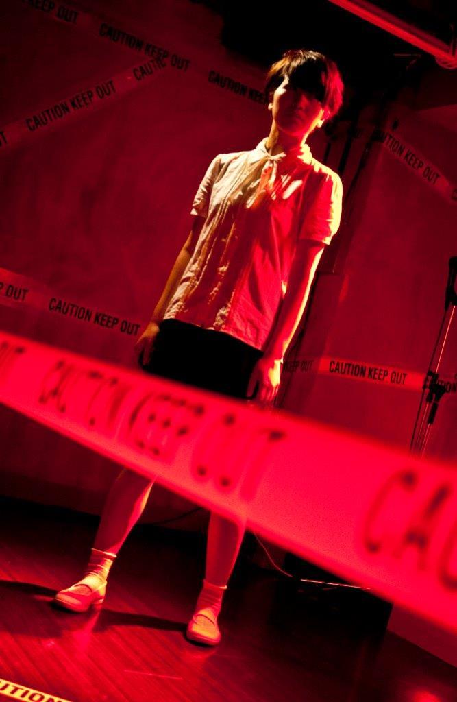 初演『止まらない子供たちが轢かれてゆく』(新宿眼科画廊、2012年 撮影:大橋絵莉花)